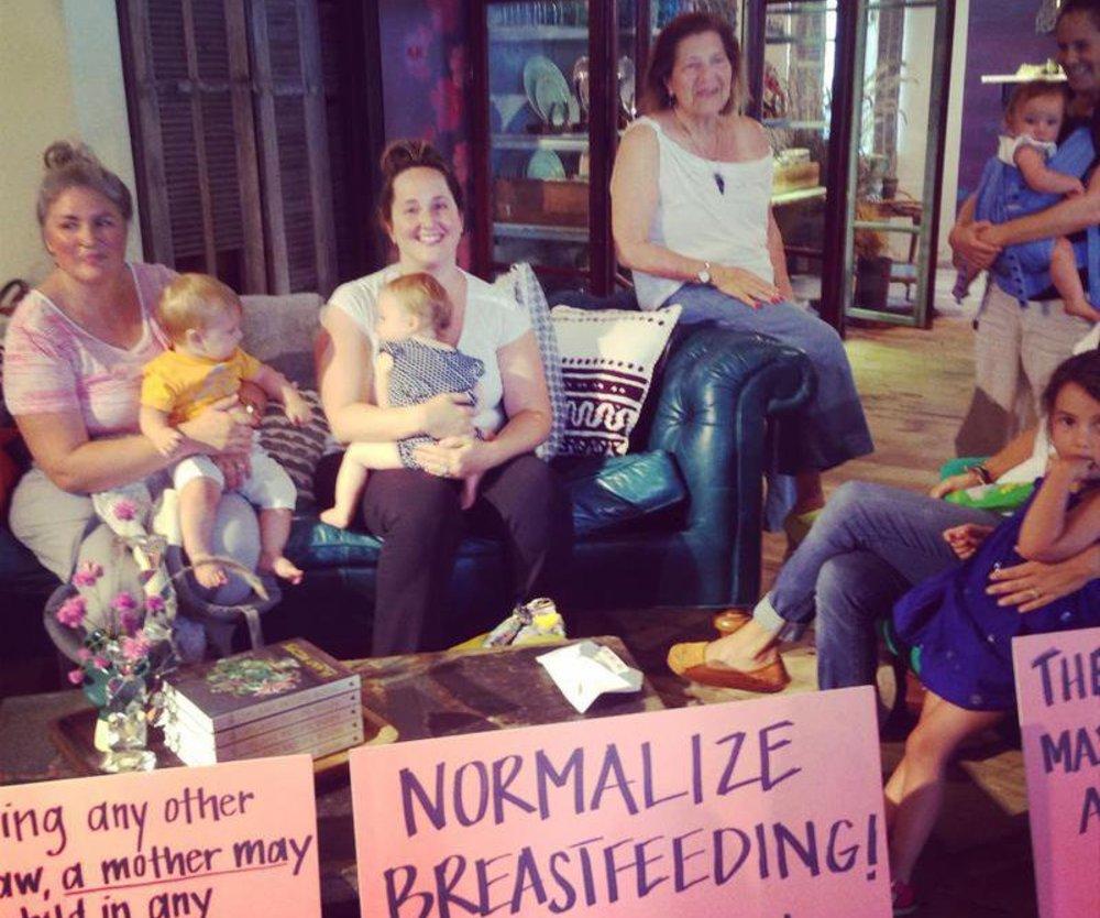 Mütter protestieren vor US-Kaufhaus für Stillen in der Öffentlichkeit