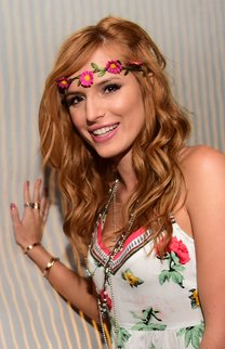 Bella Thorne: Beach Waves mit Haarband