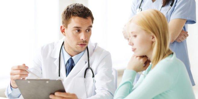 Polyhydramnion: Frau beim Arzt.