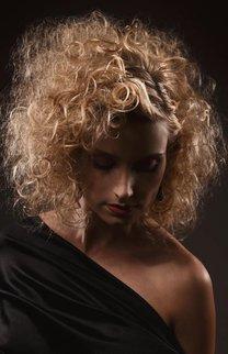 Wilde Locken bei blonden, halblangen Haaren