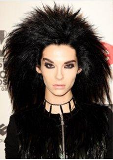 Bill Kaulitz mit toupierten Haaren und schwarz geschminkten augen