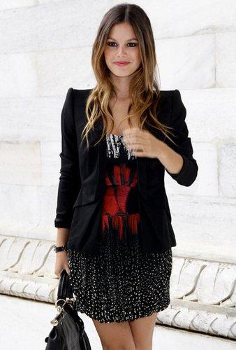 Rachel Bilson trägt einen stylishen Blazer mit Schulterpolstern.