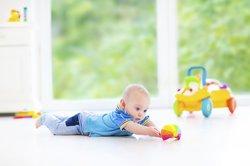 Baby, 7 Monate beim Spielen.