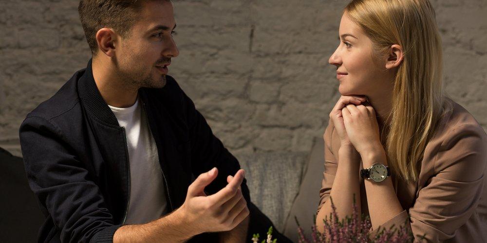 Frau und Mann beim Date