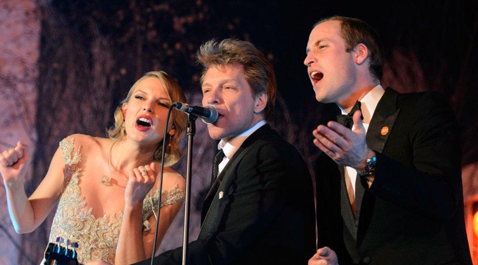 """Zusammen mit Taylor Swift und Jon Bon Jovi gab Prinz William den Rock-Klassiker """"Livin' on a Prayer"""" zum Besten."""