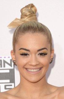 Rita Ora: Strenger Haarknoten