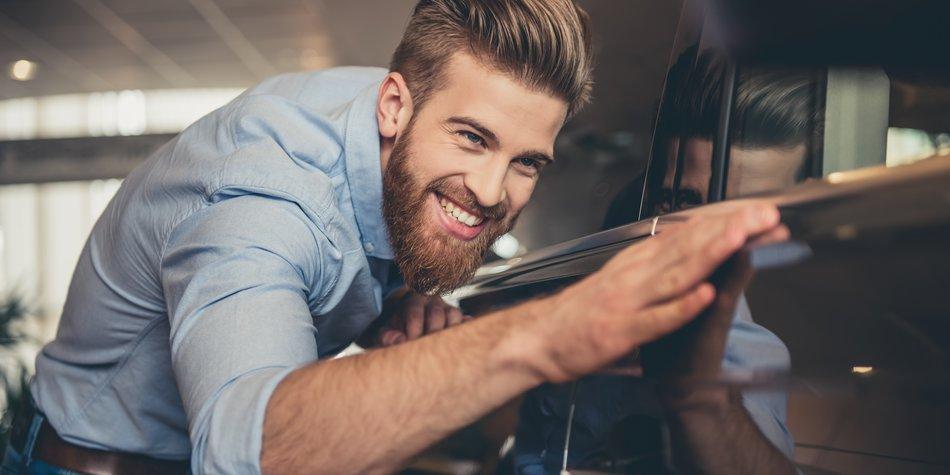 Mann streichelt Auto