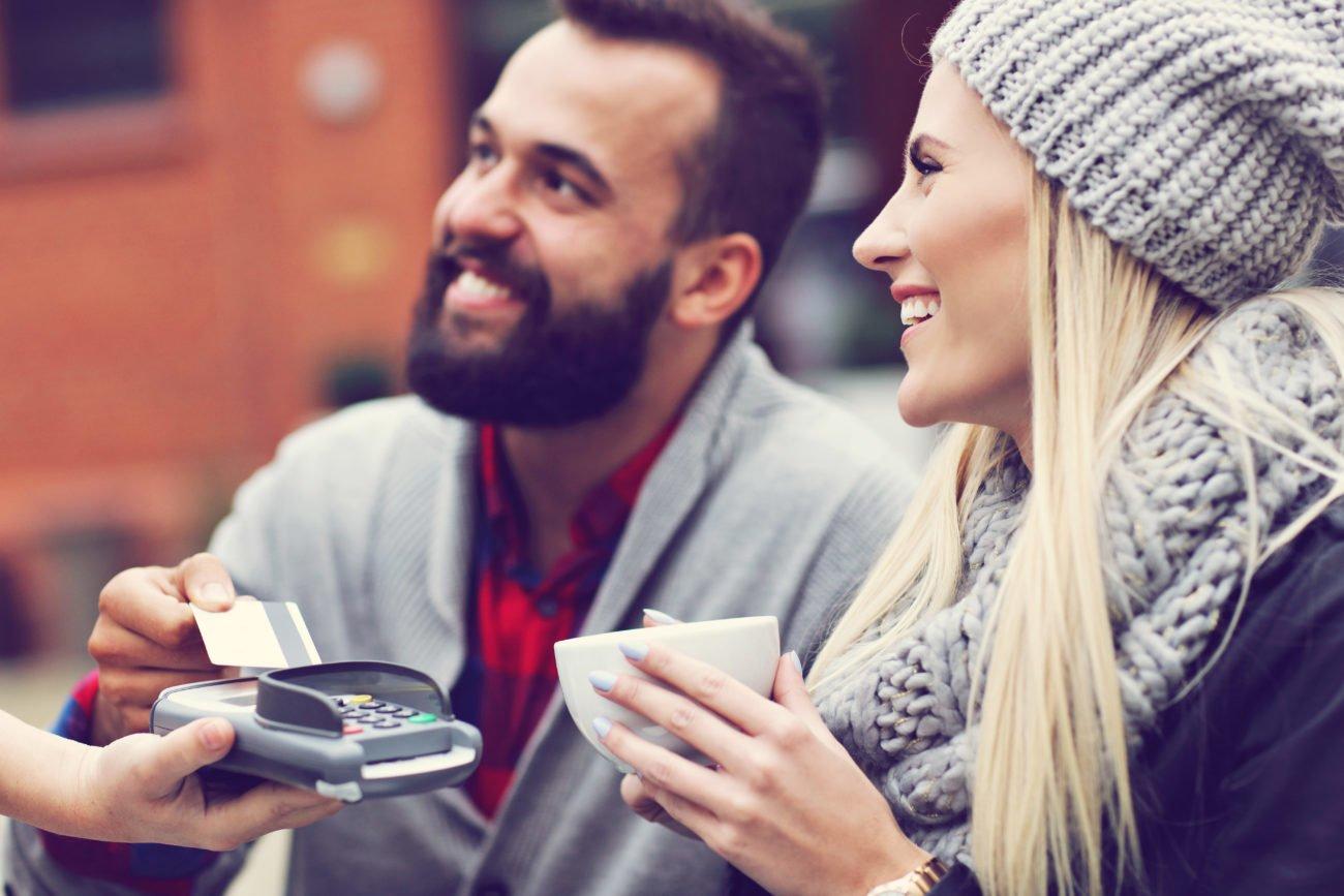 Paar bezahlt im Café