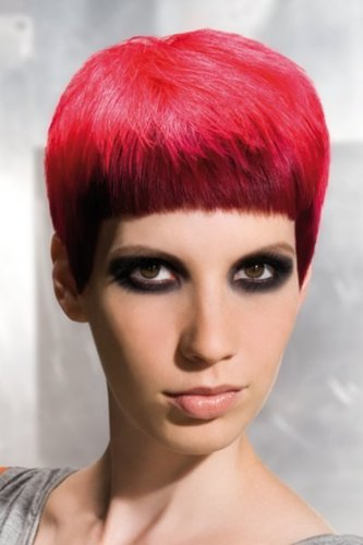Symmetrischer Pixie Cut in Rot