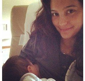 Emma Heming Willis beim Stillen ihres Babys.