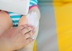 Mit Sonnencreme Sonnenallergie bei Kindern vorbeugen