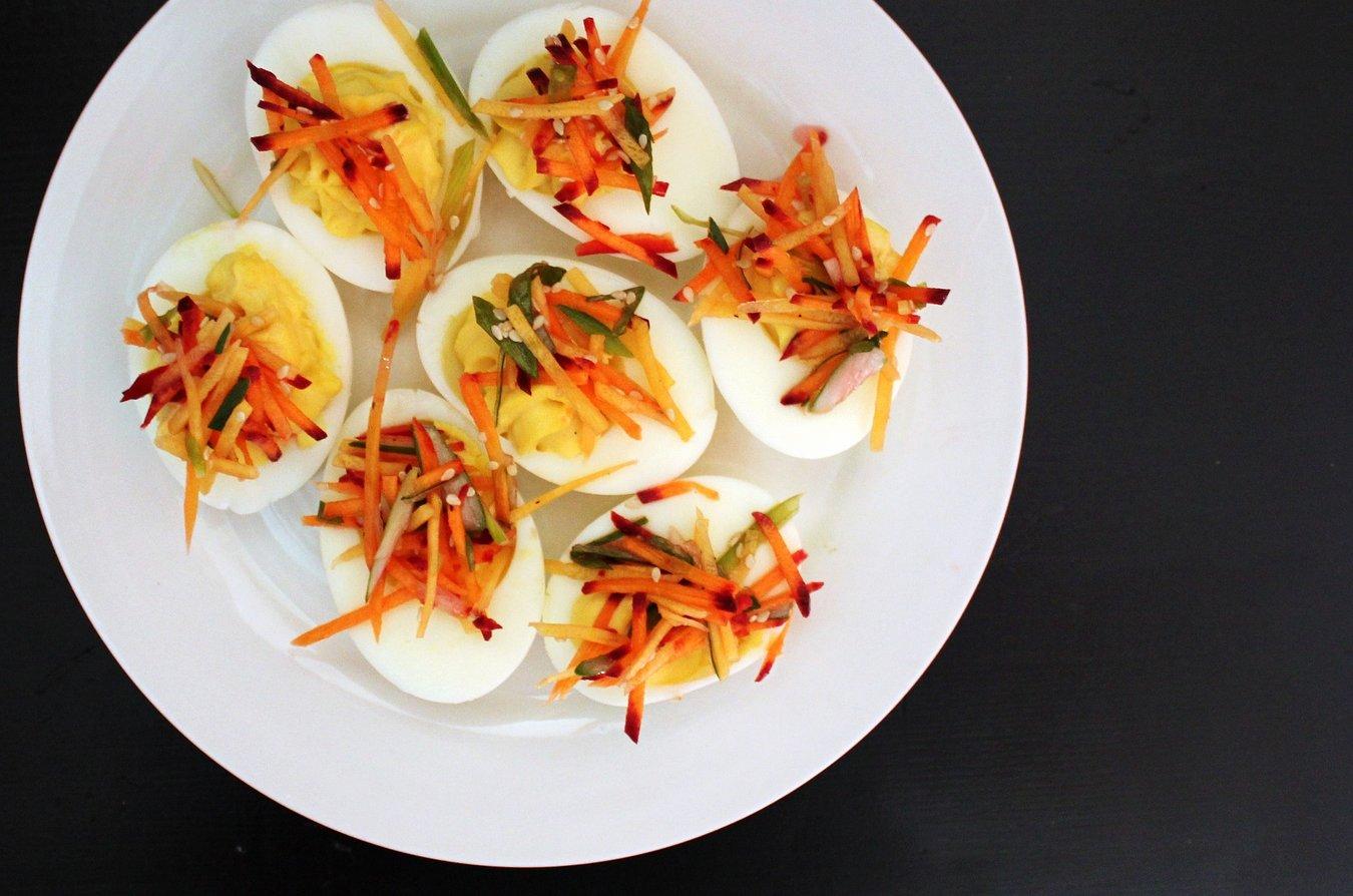 Eier gehören natürlich zum Osterbrunch dazu. Belegt mit feiner Rohkost und Sesam werden sie zum gesunden Snack.