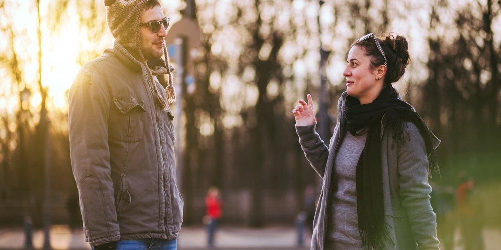 Frau und Mann flirten schüchtern