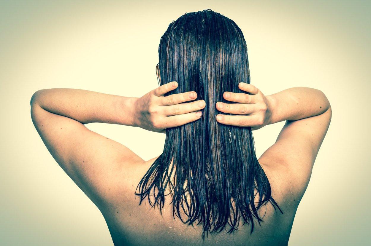 Frau mit Haaröl