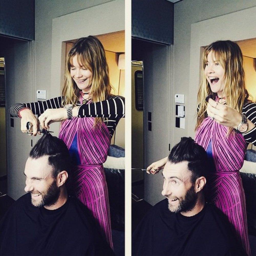 Adam Levine vertraut beim Hairstyling auf seine Frau