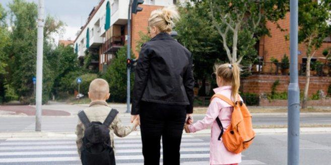 Verkehrserziehung und Grundschule: Kinder an der Ampel