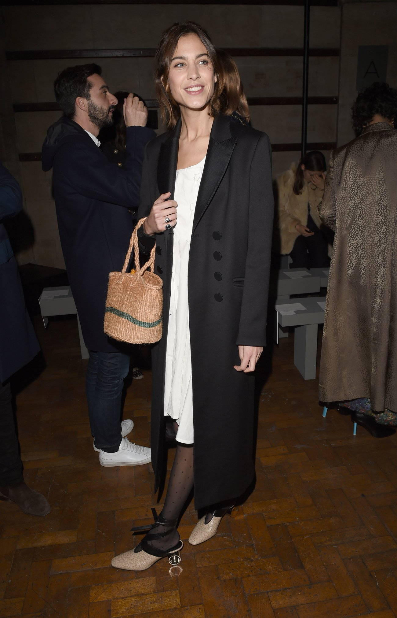 Alexa Chung trägt Korbtasche im Herbst zum Mantel