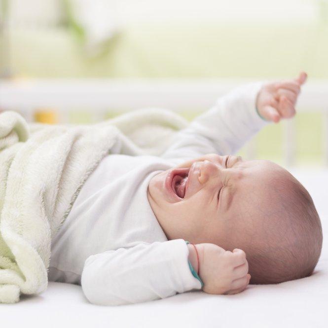 Kind schreit im Bett