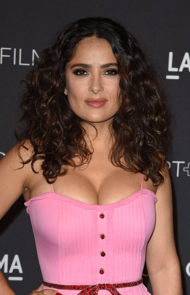 Actress Salma Hayek arrives for the  LACMA 2015 Art+Film Gala Honoring James Turrell and Alejandro G Iñárritu, Presented by Gucci at LACMA in Los Angeles, California on November 7, 2015.          AFP PHOTO/MARK RALSTON        (Photo credit should read MARK RALSTON/AFP/Getty Images)