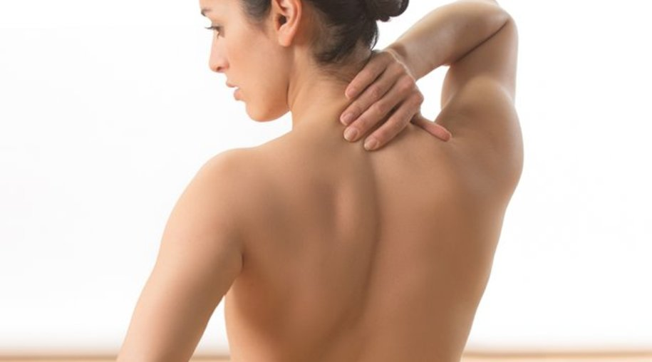 Rückenschmerzen sind nicht selten auf Stress zurückzuführen - so können etwa Meditation oder Autogenes Training helfen.