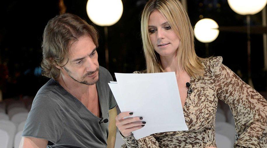 Nur wer ein Foto von Modelmama Heidi Klum bekommt schafft es in die nächste Runde der Castingshow. Die Jury sortiert gleich zum Staffelauftakt kritisch aus.