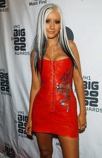 Christina mit langem weissblondem Haar mit Strähnen