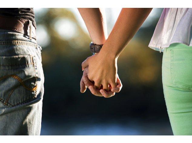 Partnervermittlung: Paar hält Händchen