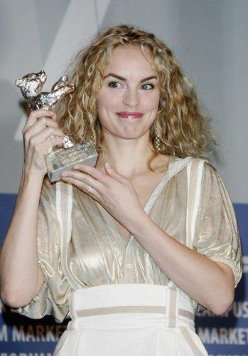Nina Hoss gab ihr Filmdebüt im Drama Und keiner weint nach mir.