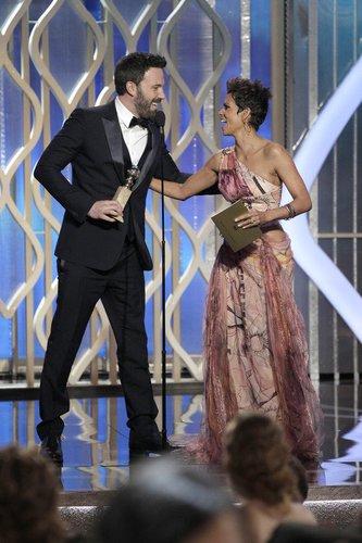Ben Affleck und Halle Berry freuen sich über seinen Preis für 'Argo'.