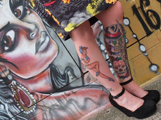Anne-Marie Ormsby aus London posiert für ein Porträt für die Brighton Tattoo Convention