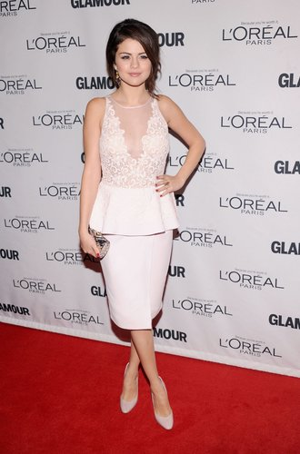 Selena Gomez in einem weißen Spitzenkleid