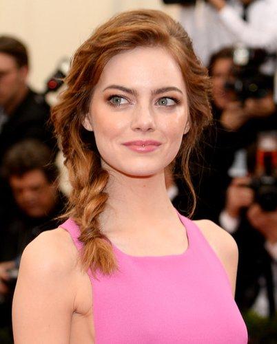 Emma Stone trägt Seitenzopf