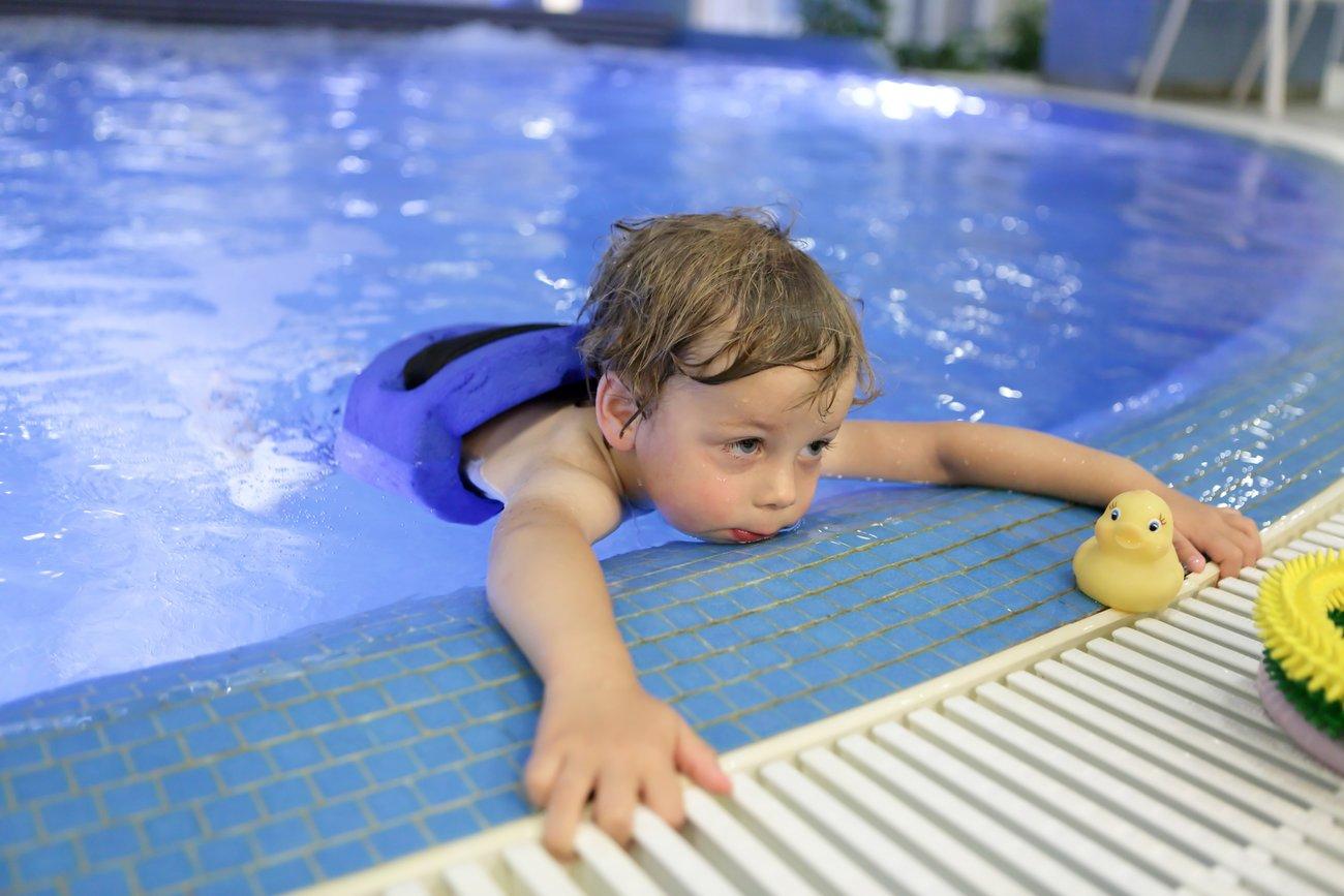 Darf man Kinder im Schwimmbad alleine lassen?