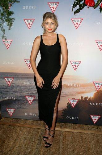 Gigi Hadid in einem schwarzem Kleid mit Beinschlitz
