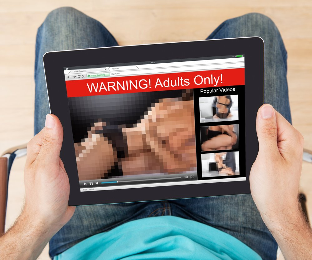 Mann guckt Porno