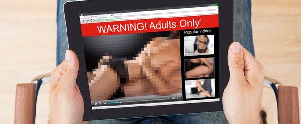 Mann guckt Pornos
