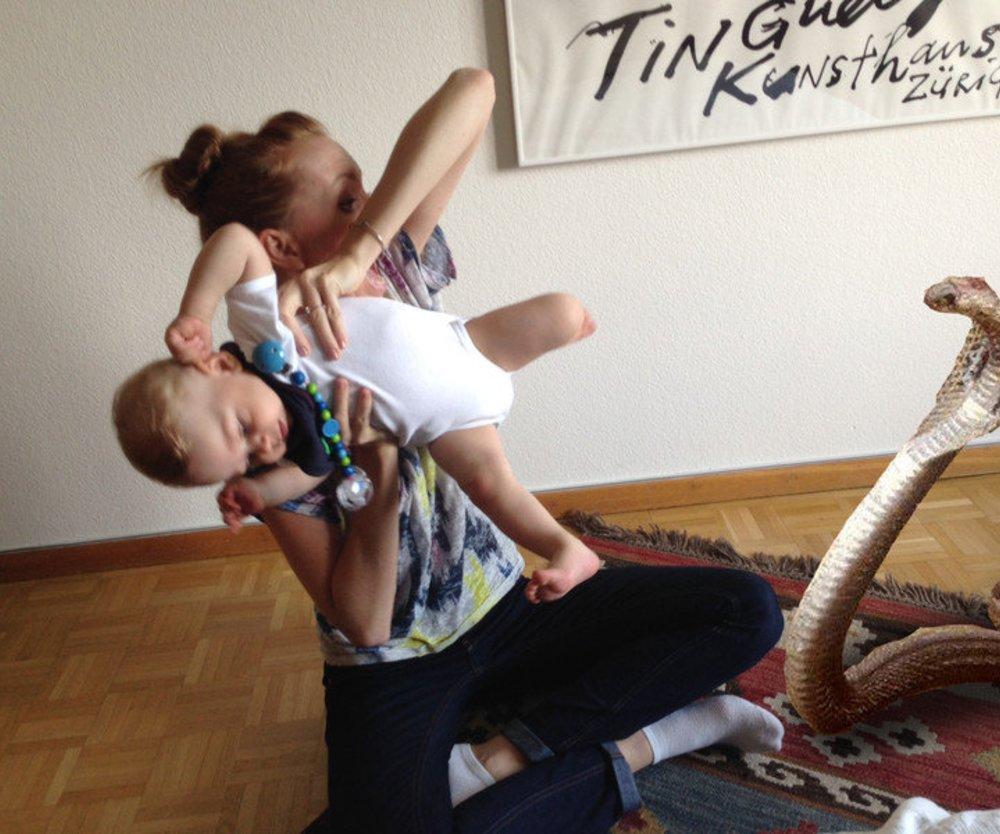 Durch witzige Fotos halten Babysitter Eltern auf dem Laufenden