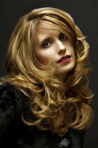 Blonde, voluminöse Glamour-Wellen