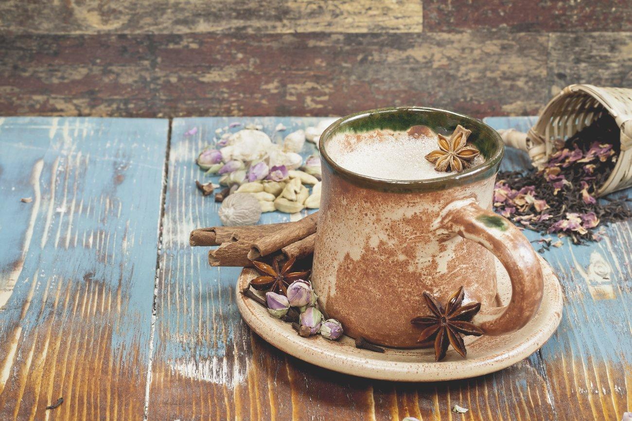 Eine Tasse Chai Tee mit Gewürzen
