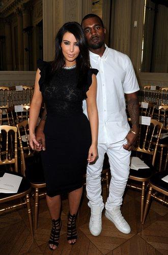 Kim Kardashian und Kanye West tragen Outfits in Schwarz und Weiß