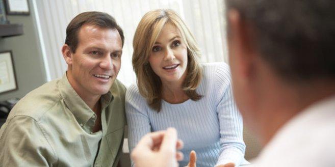 Kosten der Insemination: Paar beim Arzt