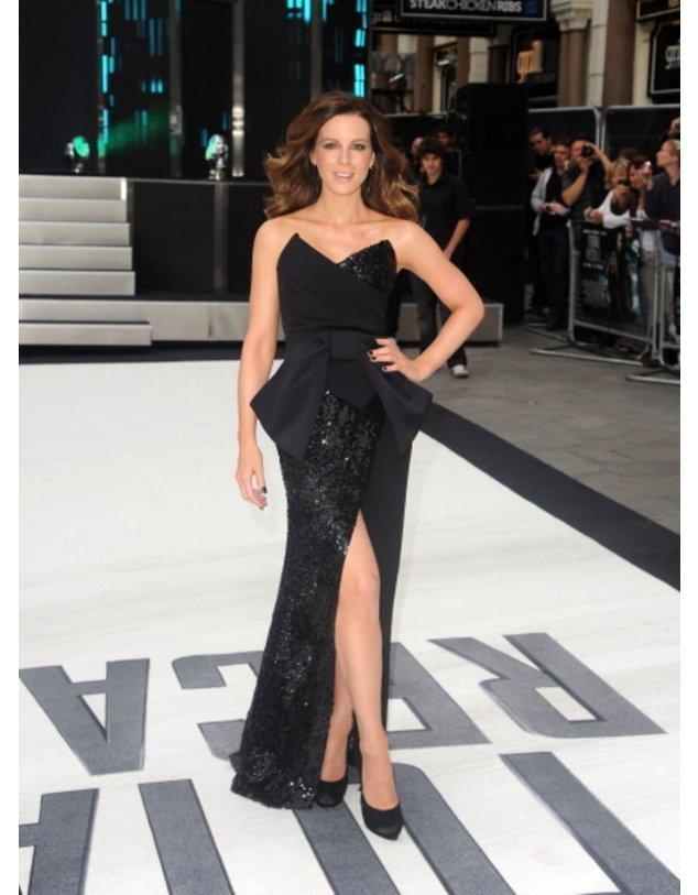 Kate Beckinsale in einem schwarzen Kleid