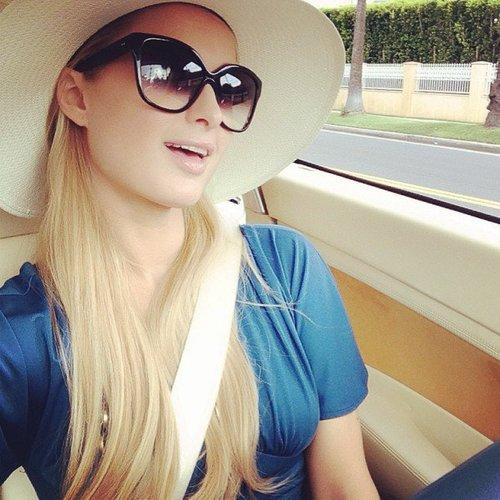 Paris Hilton im Auto