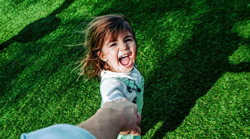 Schlimme Folgen: Eltern sollen ihre Kinder niemals ruckartig mit einer Hand hochziehen