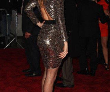 Topmodel Doutzen Kroes in einem glitzernden Kleid auf der Met Costume Gala