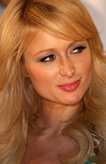 Paris Hilton mit welligem Haar im Seventies Look