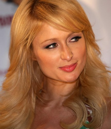 Paris Hilton mit welligem Haar im Seventies Look