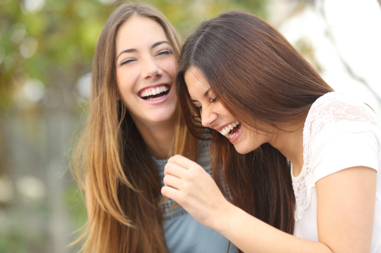 Beste Freundinnen lachen