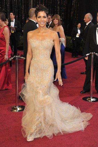 Halle Berry in einem langen Kleid