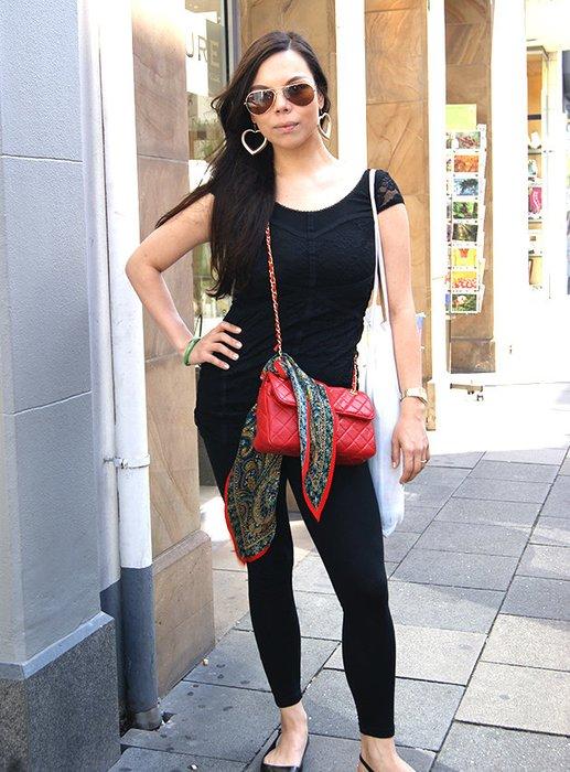 Mara trägt komplett Schwarz, setzt aber mit Accessoires Akzente